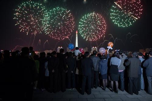 Người dân xem pháo hoa tại gần sôngTaedong. Ảnh: AFP.