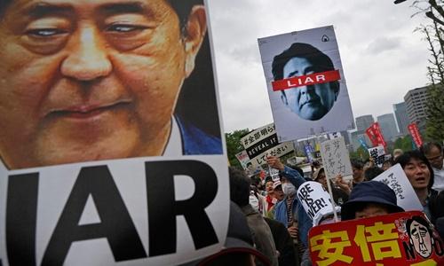 Cuộc biểu tình phản đối Thủ tướng Nhật Bản Shinzo Abe ở Tokyo hôm 14/4. Ảnh: Reuters.