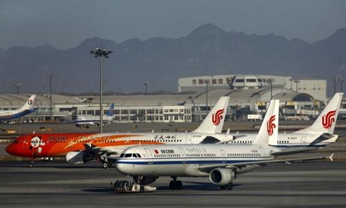 Máy bay của hãng hàng không Air China đỗ tại sân bay Bắc Kinh. Ảnh: Reuters.