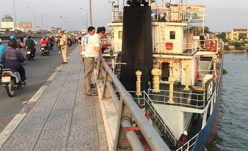 Tàu hàng kẹt giữa cầu Đồng Nai cũ. Ảnh: Phước Tuấn.