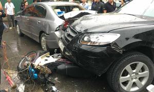 Ôtô đâm liên hoàn trước cổng bệnh viện, 6 người bị thương nặng