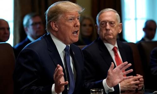Tổng thống Mỹ Donald Trump trong một cuộc họp có sự góp mặt của Bộ trưởng Quốc phòng James Mattis. Ảnh: Reuters.