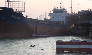 Tàu nghìn tấn mắc kẹt 2 giờ dưới gầm cầu Đồng Nai