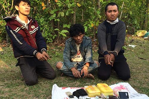 Ba người trong đường dây ma tuý xuyên quốc gia bị chặn bắt cùng tang vật. Ảnh: Đức Trí