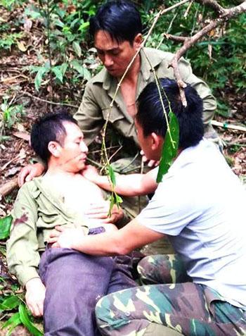 Anh cự bất tỉnh tại chỗ sau khi bị cây đổ đập vào đầu. Ảnh: Đ.H