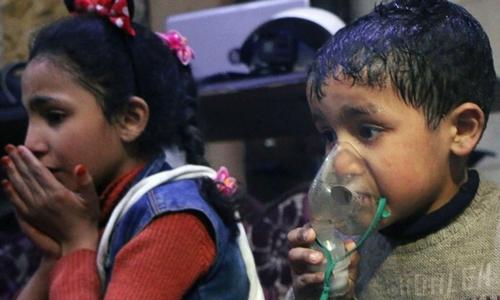 Những đứa trẻ được cho là bị ảnh hưởng trong vụ tấn công hóa học ở Douma ngày 7/4. Ảnh: AFP.