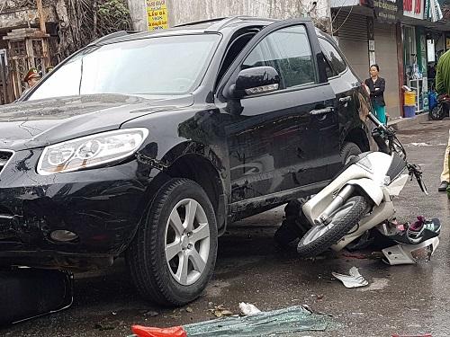 Xe santafe gây tai nạn liên hoàn trên phố Phương Mai, quận Đống Đa. Ảnh: Võ Hải.