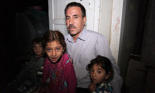 Ông Khalid và các cháu trai, cháu gái. Ảnh: BBC.