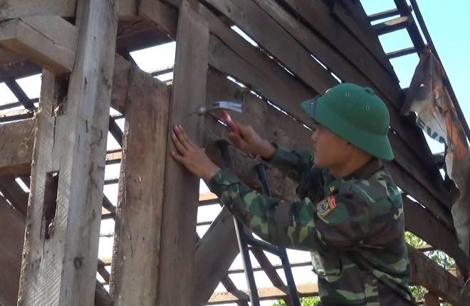 Hàng trăm chiến sĩ giúp dân sửa chữa nhà sau trận lốc xoáy
