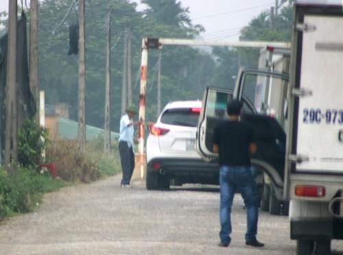 Người dân xã Lê Thiện lập BOT làng thu phí mỗi xe ô tô 10.000 đồng. Ảnh: Giang Chinh