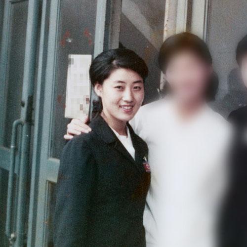 Người phụ nữ được cho là mẹ của lãnh đạo Triều Tiên Kim Jong-un (trái) chụp trong chuyến đi tớiNhật với tư cách một nghệ sĩ múa của Đoàn Kịch nghệ Mansudae năm 1973. Ảnh: Mainichi Shimbun.