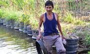 Nông dân Quảng Ngãi dùng lốp xe đắp bờ ao nuôi cá