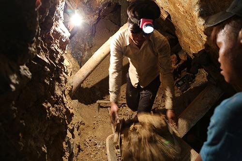 Người lao động làm việc tại các hầm vàng luôn đối mặt với hiểm nguy. Ảnh: Hoàng Táo