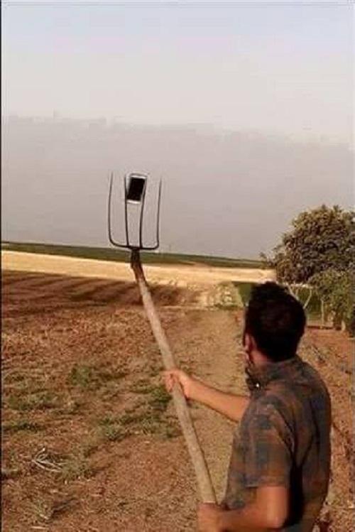 Gậy chụp ảnh tự sướng của bác nông dân.