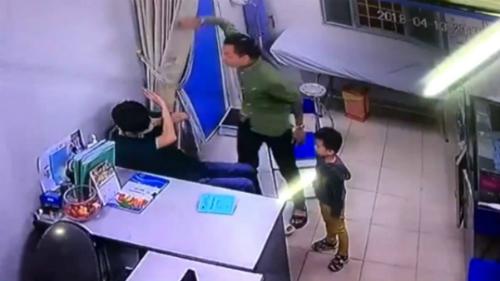 Người nhà bệnh nhi đánh bác sĩ. Ảnh được camera ghi lại.