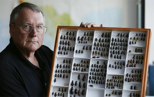 Ông David Faulkner bên một vài mẫu côn trùng.