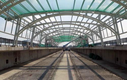 Các đơn vị thi công phấn đấu hoàn thành lắp vòm hai nhà ga trước lễ 30/4. Ảnh: Hữu Nguyên