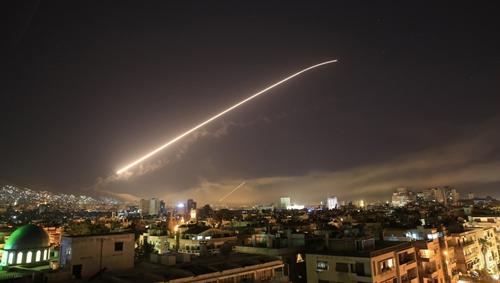 Nền trời Damascus trong cuộc không kích của phương Tây ở Syria. Ảnh: Reuters.