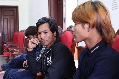Anh Hồ Văn Hùng (giữa) nói bị ngược đãi khi lao động ở bãi vàng. Ảnh: Hoàng Táo