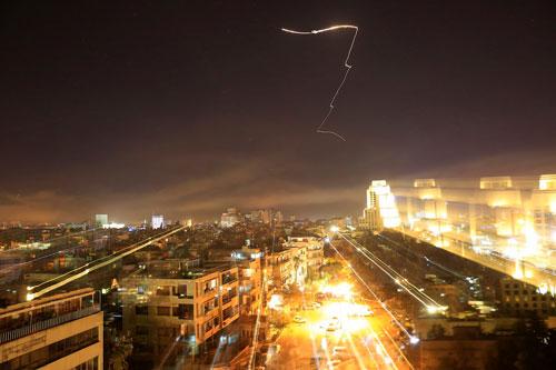 Đường bay ngoằn nghèo của tên lửa hành trình Mỹ trên bầu trời Damascus. Ảnh: AP.