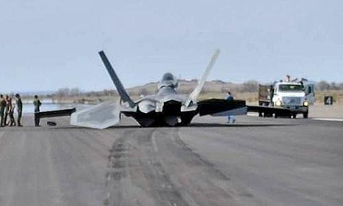 Chiếc F-22 nằm trên đường băng sau sự cố. Ảnh: Aviationist.