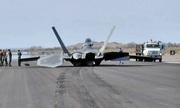 F-22 Mỹ mài bụng trên đường băng vì sự cố lúc cất cánh