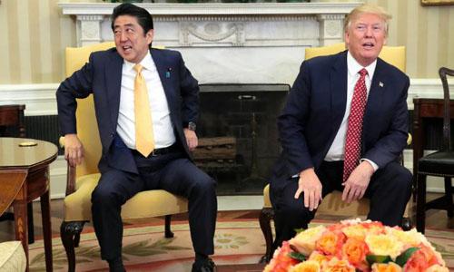 Thủ tướng Nhật Shinzo Abe (phải)và Tổng thống Mỹ Donald Trump tại Nhà Trắng ngày 11/2/2017. Ảnh: AFP.