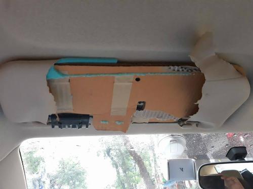 Bên trong tấm chắn nắng của Toyota Vios. Ảnh: Trọng Thái.
