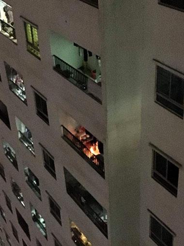 Người dân đốt vàng mã ở lan can căn hộ trên tầng 32. Ảnh: Thùy Dương