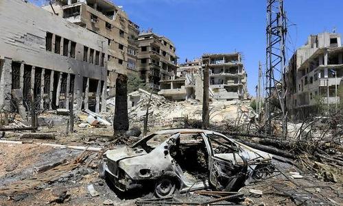Một khu vực bị tàn phá bởi không kích ở thành phố Douma. Ảnh: AFP.