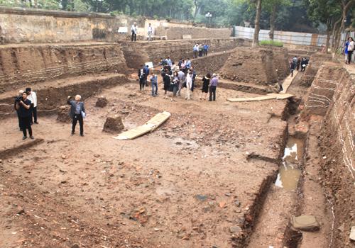 Hố đào rộng gần 1.000m2, phát lộ tầng văn hóa sâu gần 5m. Ảnh: Đ.Loan