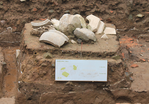 Di vật giếng nước cổ được phát lộ.