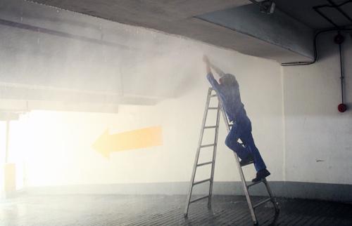 Thử hệ thống phun nước chữa cháy tự động tại tầng hầm khách sạn New World. Ảnh: Duy Trần