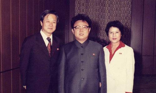 Nữ diễn viên Hàn Quốc Choi Eun-hee (phải) cùng chồng là đạo diễnShin Sang-ok (trái) bị bắt cóc và giữ lại Triều Tiên trong 8 năm theo lệnh của cố lãnh đạo Kim Jong-il (giữa). Ảnh: SCMP.