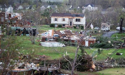 Bão tàn phá các ngôi nhà ở khu vực Elon, North Carolina. Ảnh: AP.