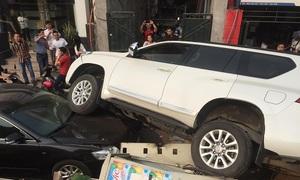Xe Land Cruiser lao xuống thân đê, đè đầu ôtô khác
