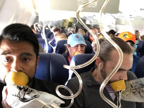 Martinez, một nhân chứng trên máy bay, đã phát trực tiếp cảnh hành khách thở oxy sau khi cửa sổ phát nổ. Ảnh: Facebook.