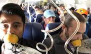 Hành khách Mỹ 'phát điên' khi người phụ nữ bị hút ra khỏi máy bay nổ động cơ