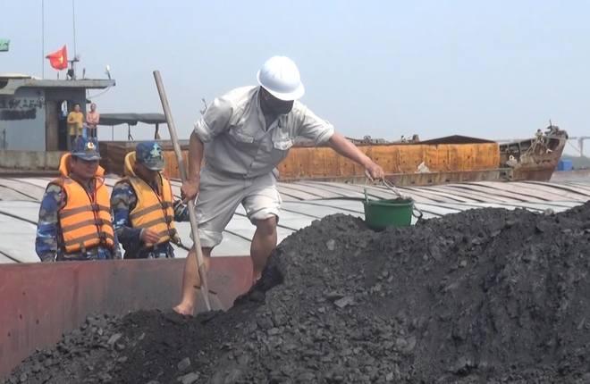 Cảnh sát biển bắt giữ tàu chở 1.200 tấn than không nguồn gốc