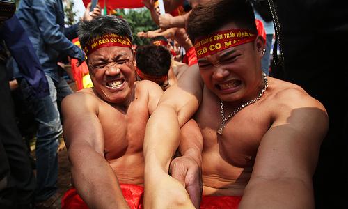 Trai làng tranh tài kéo co ngồi ở Hà Nội