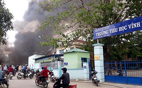 Hơn 500 học sinh phải nghỉ vì cháy bãi phế liệu gần trường