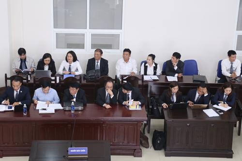 20 luật sư có mặt tại tòa trong sáng 18/4. Ảnh: Phạm Dự