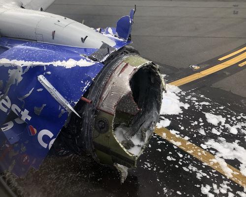 Máy bay chở khách Mỹ nổ động cơ trên không, một người thiệt mạng