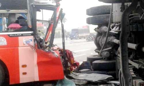 Cú đâm mạnh xe khách biển Quảng Ngãi bẹp rúm đầu, còn xe tải biển Hải Dương bị lật nghiêm giữa đường trên quốc lộ 10, đoạn qua tỉnh Thái Bình vào sáng 18/4. Ảnh: CTV