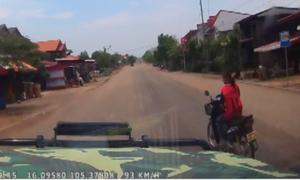 Ôtô phóng gần 100 km/h chao đảo vì xe máy sang đường ẩu