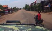 Ãtô phóng gần 100 km/h chao Äảo vì xe máy sang ÄÆ°á»ng ẩu