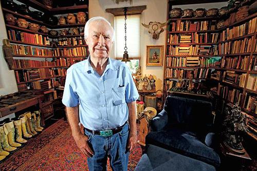 Ông Forrest Fenn tại nhà ở bang New Mexico năm 2014. Ảnh: AP