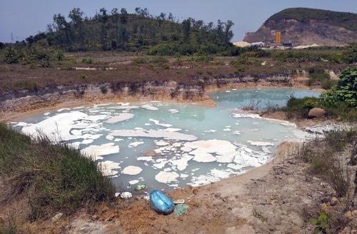 Đường trục chính vào Khu công nghiệp Texhong Hải Hà xuất hiện nhiều hố được đào sẵn để đổ trộm nước thải màu trắng. Ảnh: Hữu Việt