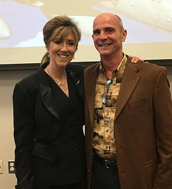 BàTammie Jo Shults và chồng, ông Dean, tại đại học MidAmerica Nazarene. Ảnh: Newsweek.
