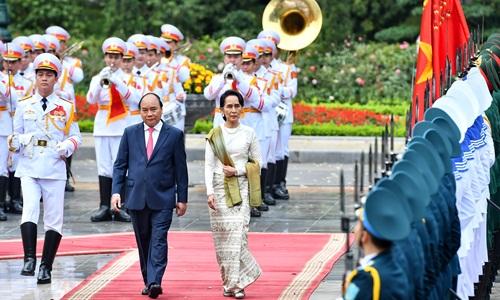 Thủ tướng Nguyễn Xuân Phúc và bà Aung San Suu Kyi duyệt đội danh dự. Ảnh: Giang Huy.